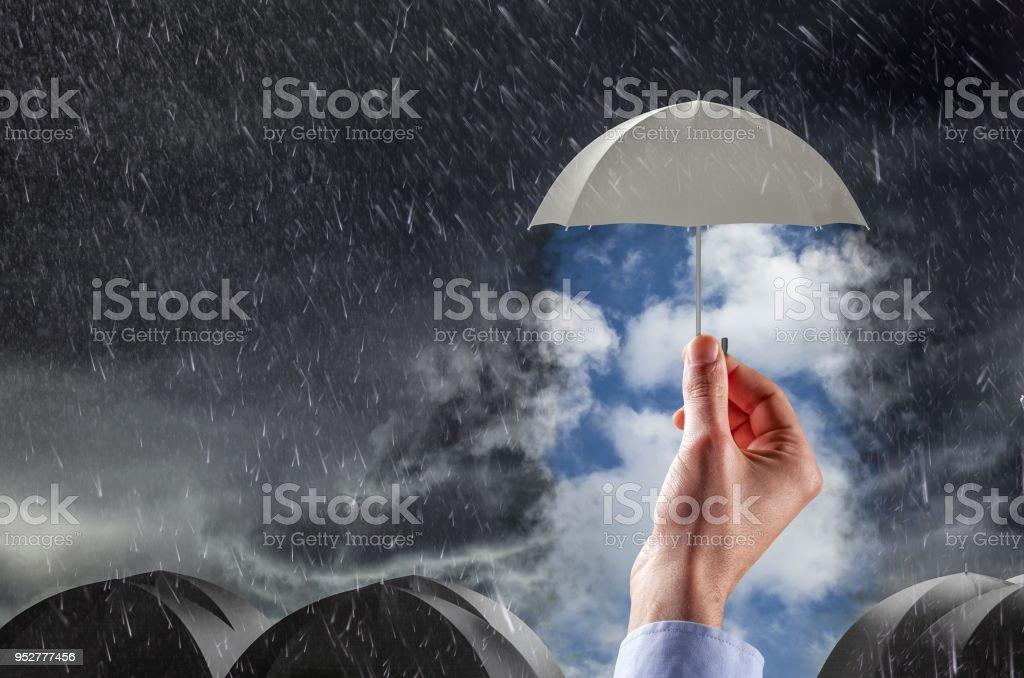 Regenschirm sauber Thestormy Wetter, Konzept von Schutz und Sicherheit – Foto