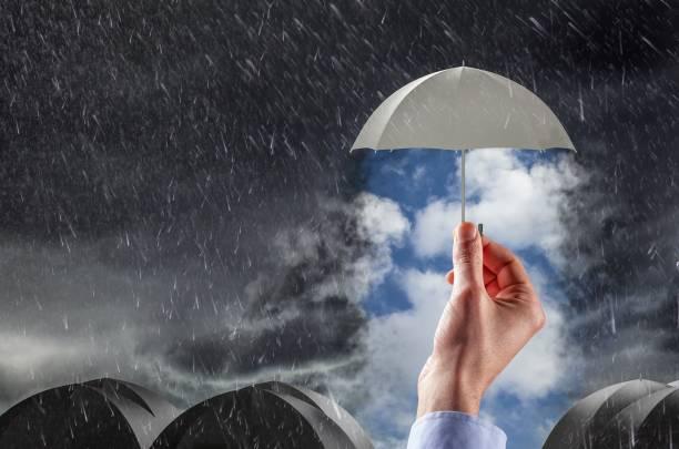 Paraguas thestormy limpio tiempo, concepto de protección y seguridad - foto de stock