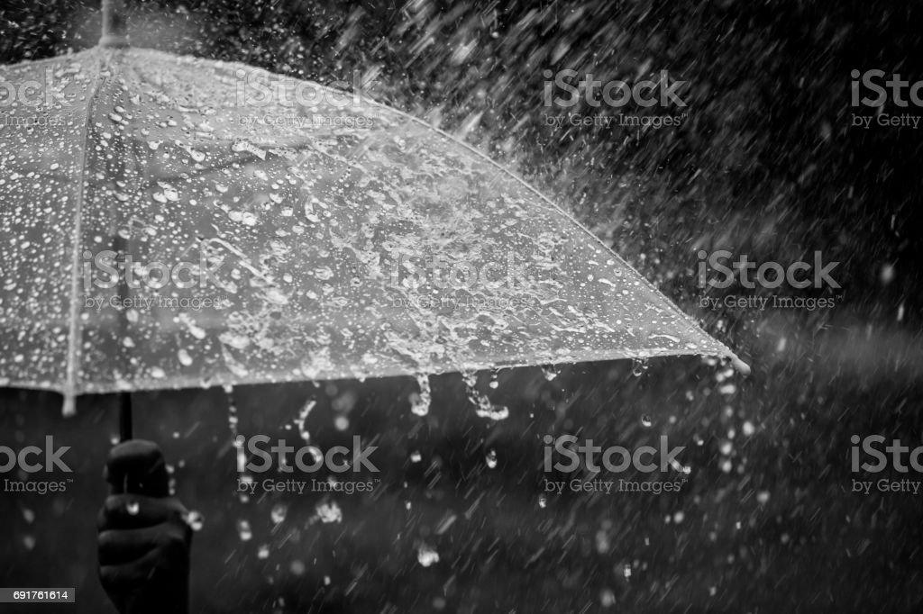 Regenschirm im Regen - Lizenzfrei Abschirmen Stock-Foto