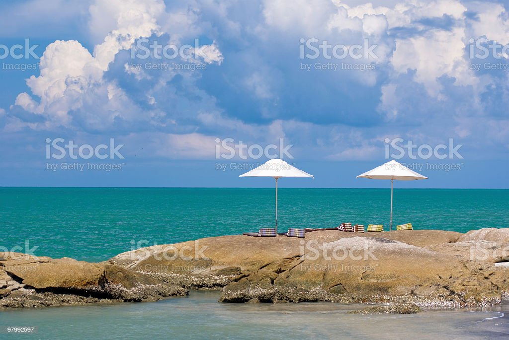 Umbrella on rock royalty free stockfoto