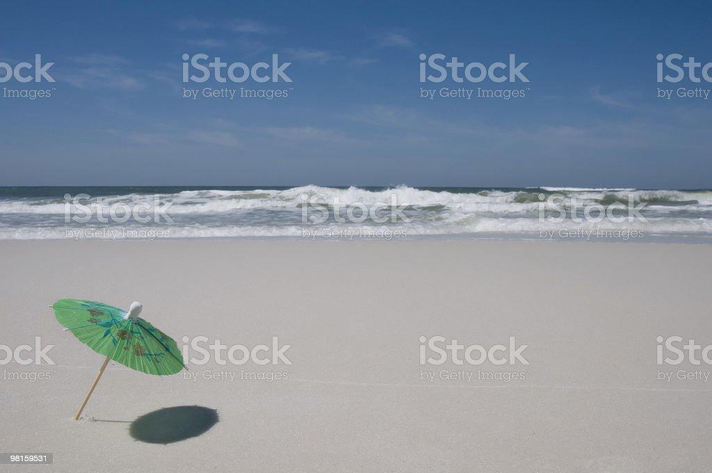 Ombrellone sulla spiaggia con mare sullo sfondo foto stock royalty-free