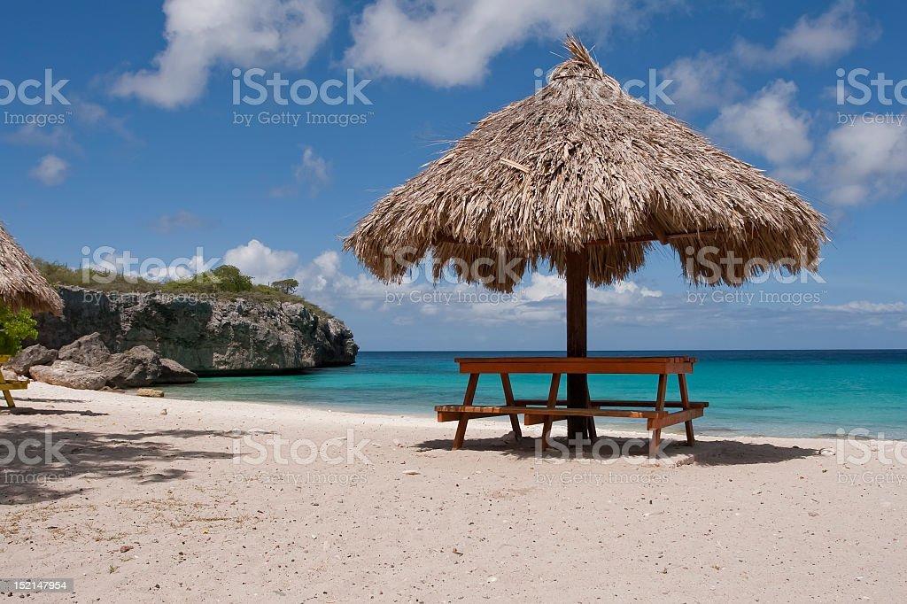 Regenschirm mit Schatten am tropischen Strand – Foto