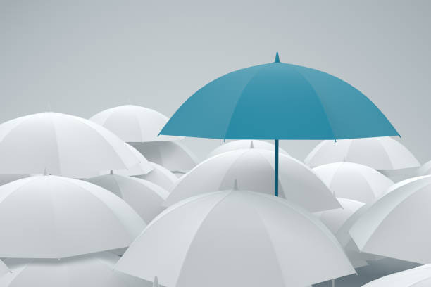 ombrello in piedi dalla folla - protezione foto e immagini stock