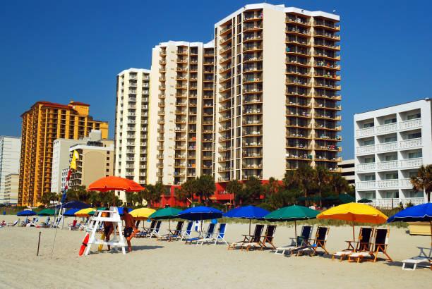 Regenschirme und Stuhlverleihe warten auf die nächsten Strandbesucher – Foto