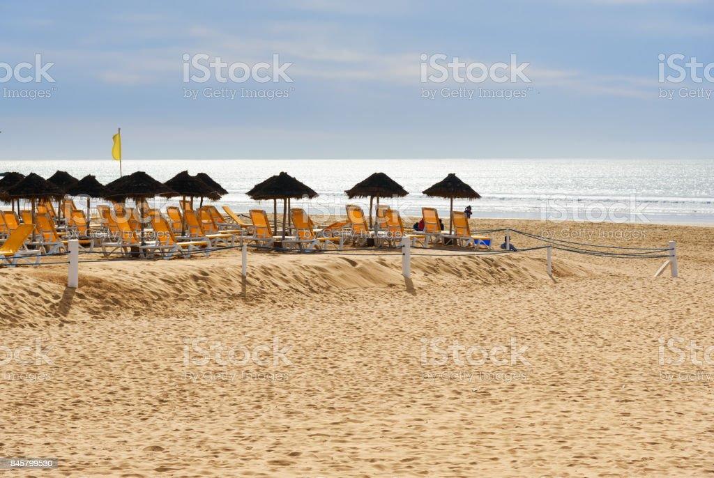 Parasols en ligstoelen op het strand. Agadir. Marokko foto