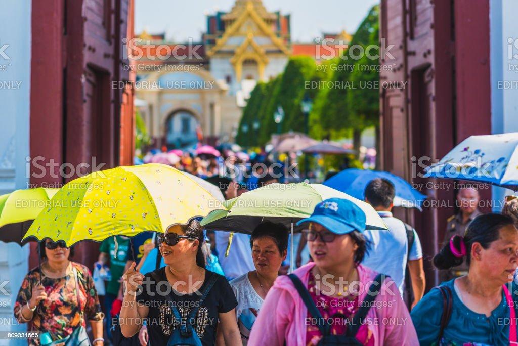 Sonnenschirme im sonnigen Tag. Asiatische Reisende in Bangkok – Foto