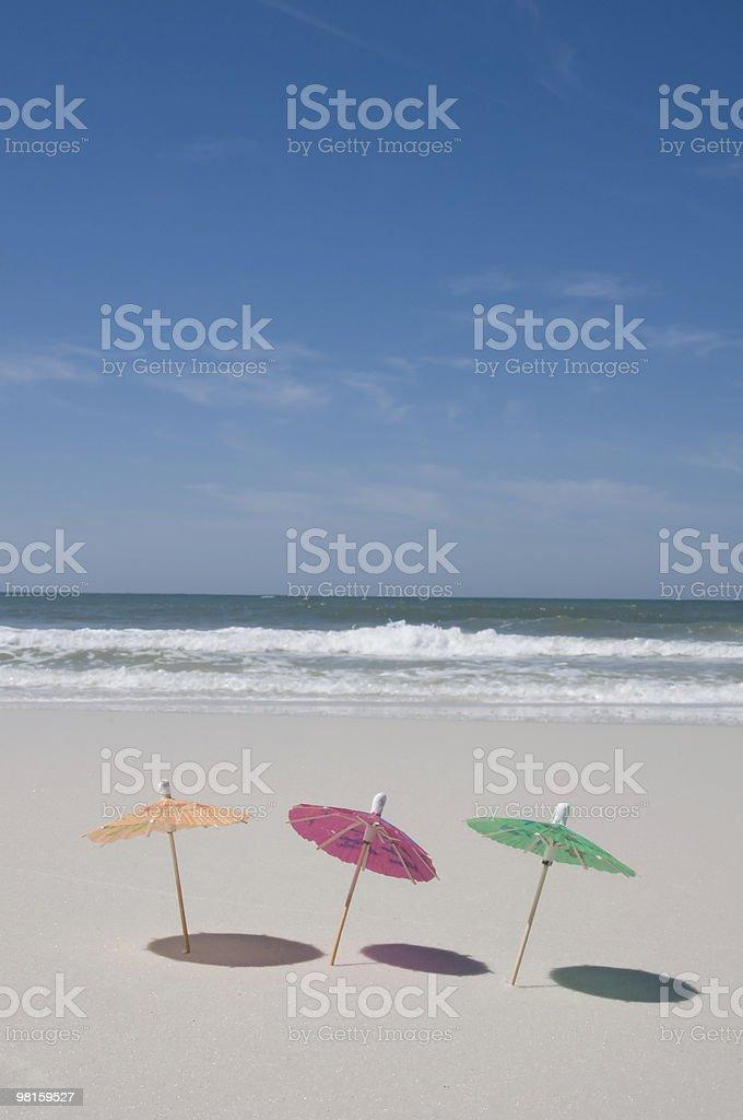 Ombrelloni sulla spiaggia con mare sullo sfondo foto stock royalty-free