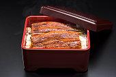 うなは、焼きうなぎの伝統的な日本料理です。