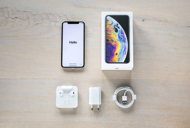 unboxing neue iphone xs silber - adapter apple stock-fotos und bilder