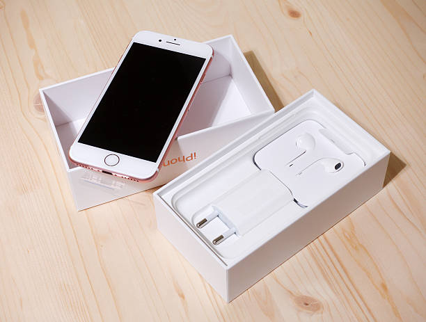unboxing rose gold apple iphone 7 - adapter apple stock-fotos und bilder