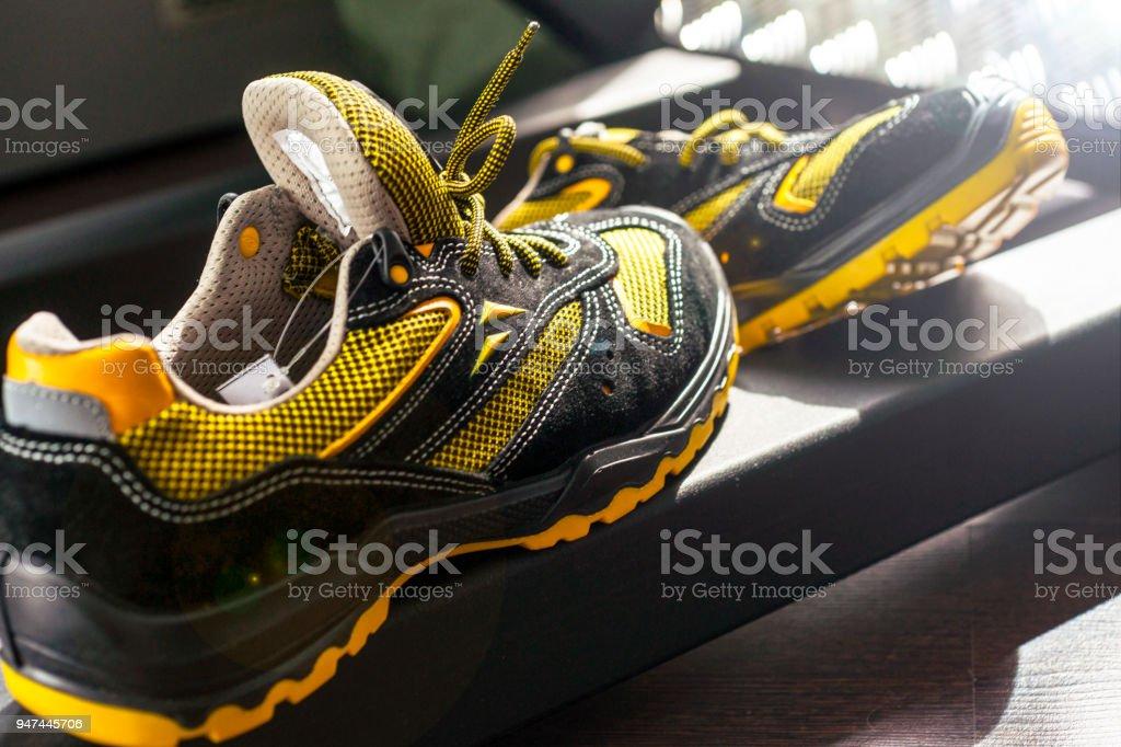 Noname Moderne Sneaker In Der Turnhalle Schwarzgelb Bequeme