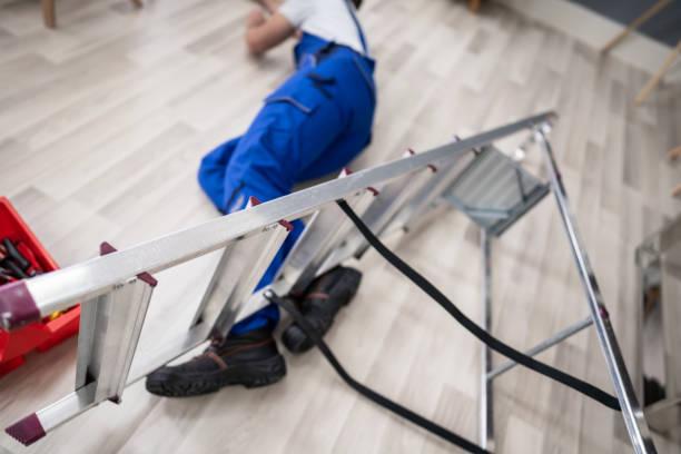Bewusstloser Handyman liegt auf dem Boden – Foto