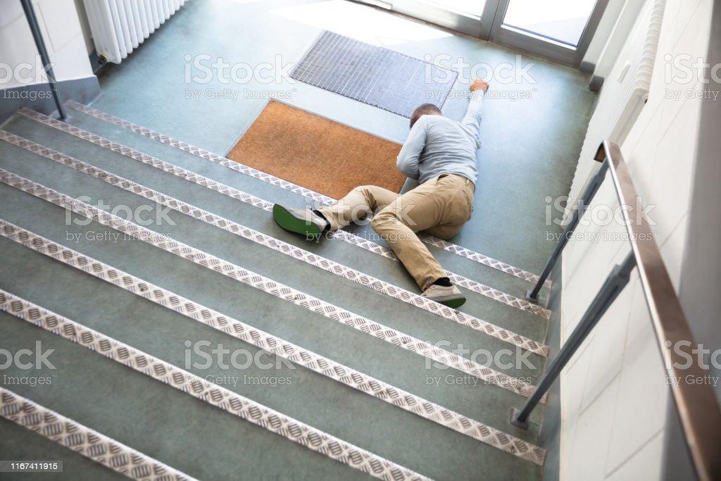 Hombre Inconsciente Tirado En La Escalera Foto de stock y más banco de  imágenes de Adulto - iStock