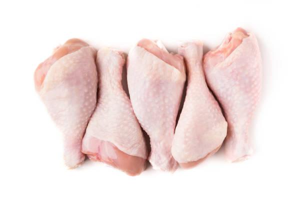 niegotowane nogi kurczaka na białym tle - kurczak zdjęcia i obrazy z banku zdjęć