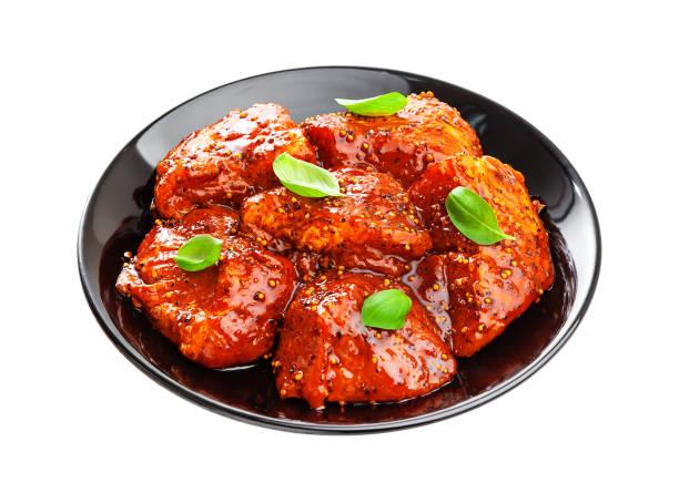 ungekocht schaschlik auf platte. roh marinierte grill isoliert auf weißem hintergrund - kebab marinade stock-fotos und bilder