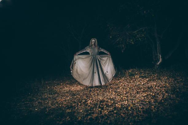 untote frau im wald - coole halloween kostüme stock-fotos und bilder