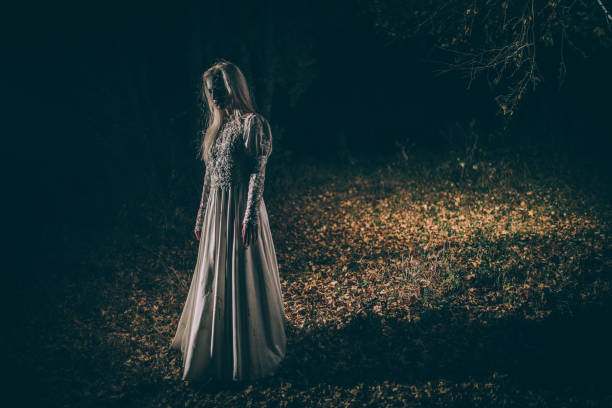 untote frau im dunkeln - geist kostüm stock-fotos und bilder