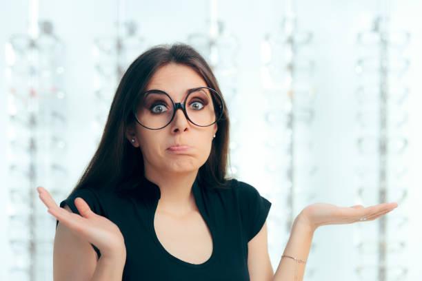 unentschlossen frau umgeben von brillen im brillen shop - lieblingsrezepte stock-fotos und bilder