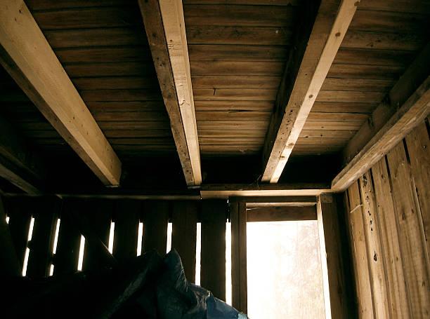 under the porch - kruipruimte stockfoto's en -beelden