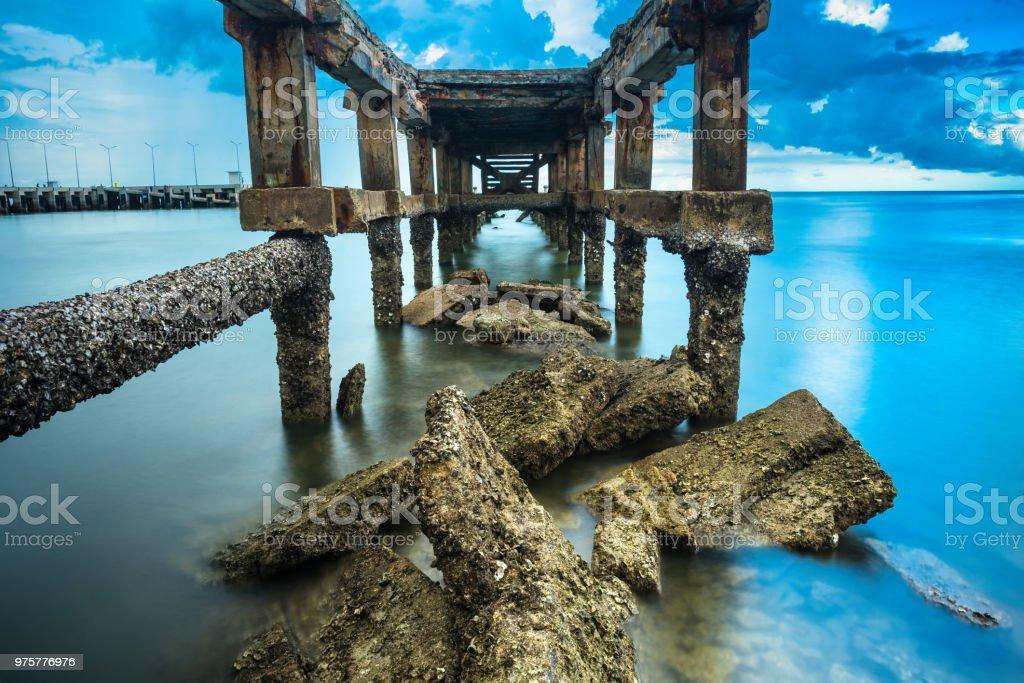 Unter den Trümmern der Jetty, Foto Langzeitbelichtung, seelandschaft von Thailand. - Lizenzfrei Alt Stock-Foto