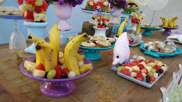 unter dem meer obst thema dekoration für eine party - melonen hai stock-fotos und bilder