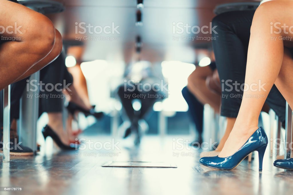 Unter dem Tisch erschossen bei Geschäftstreffen – Foto