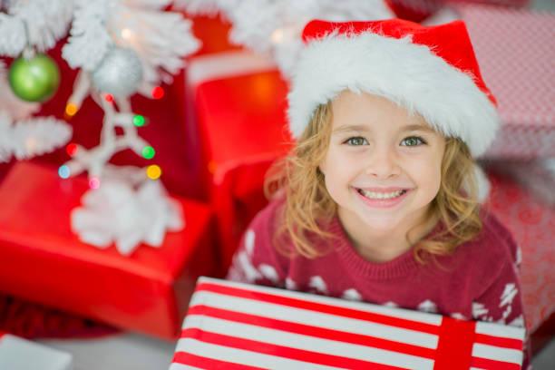 unter dem weihnachtsbaum - weihnachten 7 jährige stock-fotos und bilder