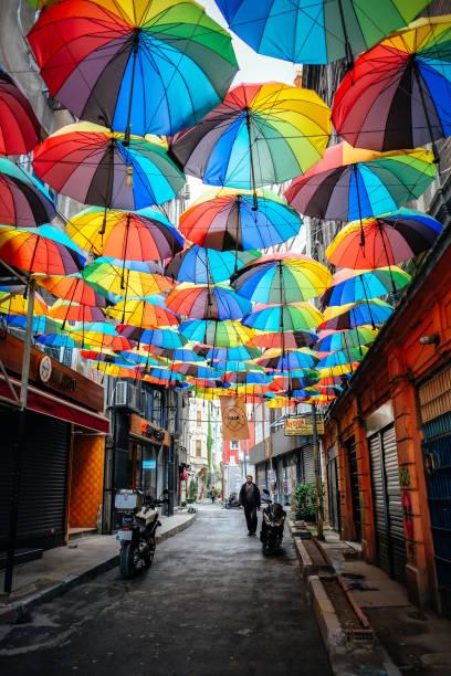 under the umbrellas in karakoy - каракёй стамбул стоковые фото и изображения