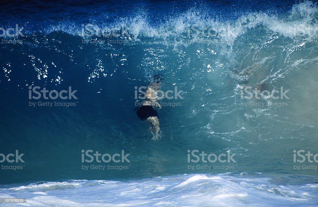 Bajo la ola - foto de stock