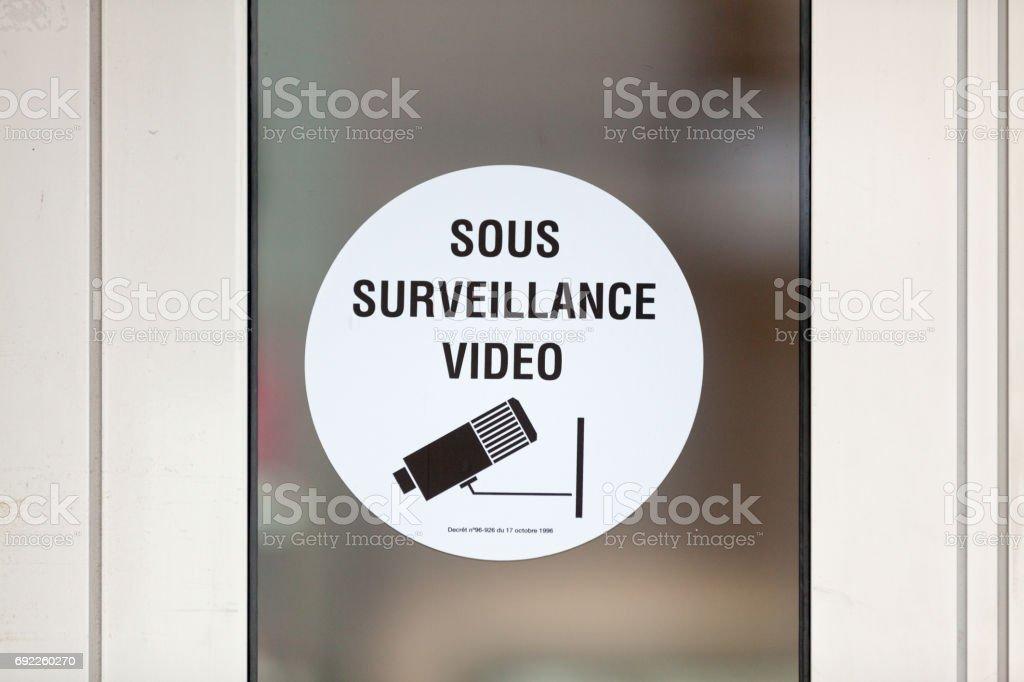 Sob o sinal de vídeo-vigilância - foto de acervo