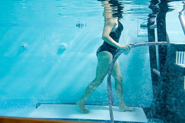 sotto acqua sul tapis roulant - terapia alternativa foto e immagini stock