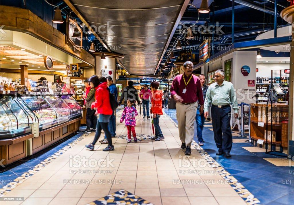 Undergound cidade na região de Quebec, com restaurantes e padarias e pessoas andando - foto de acervo
