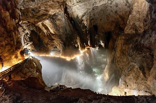 어두운 동굴 내부의 지 하 협곡 - 카르스트 지형 뉴스 사진 이미지
