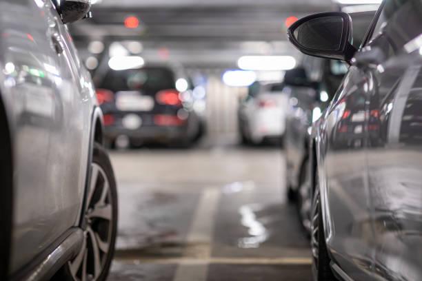 garaje subterráneo o aparcamiento moderno - inmóvil fotografías e imágenes de stock