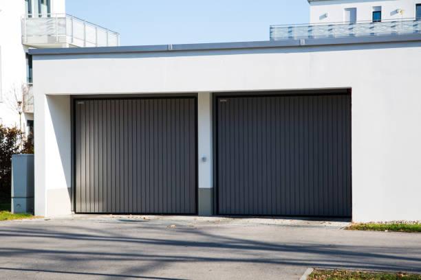 tiefgarage, modernes garagentor, deutschland - garagentor mit tür stock-fotos und bilder