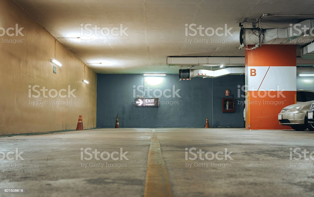 Underground parking with cars photo libre de droits