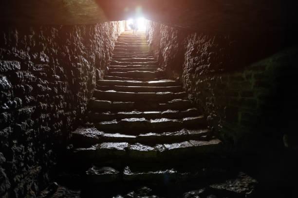 passage souterrain sous la vieille forteresse médiévale. vieil escalier en pierre à la sortie du tunnel - convexe photos et images de collection