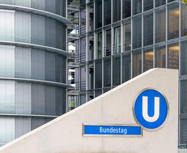 u-bahn-station bundestag nach berlin - u bahn stock-fotos und bilder