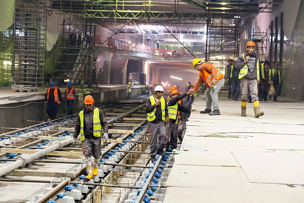tunnel de métro travailleurs - transport ferroviaire photos et images de collection
