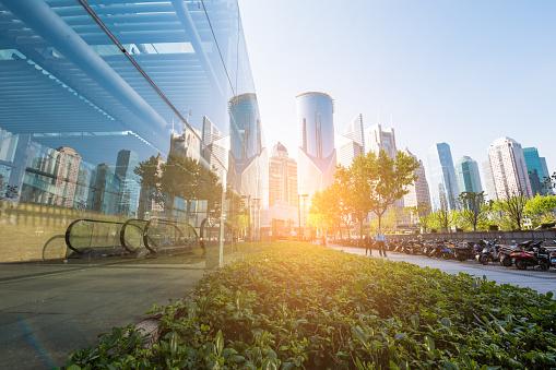底面全景和全景視圖鋼玻璃高上升建築摩天大樓成功的工業建築的業務概念 照片檔及更多 中國 照片