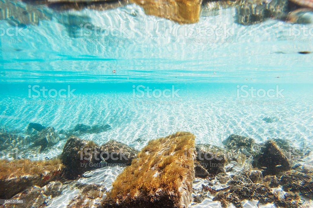 De fundo debaixo d'água com areias brancas e pedras - foto de acervo