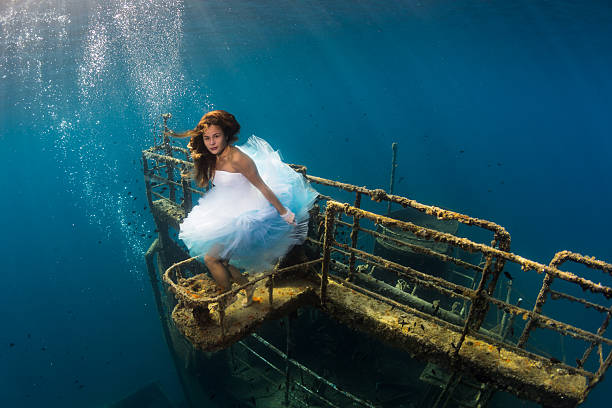 unterwasser-mädchen - haare ohne lockenstab wellen stock-fotos und bilder