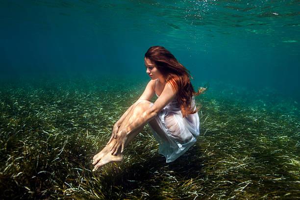 unterwasser - haare ohne lockenstab wellen stock-fotos und bilder