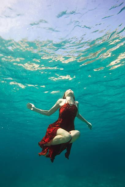 unterwasser - meerjungfrau kleid stock-fotos und bilder