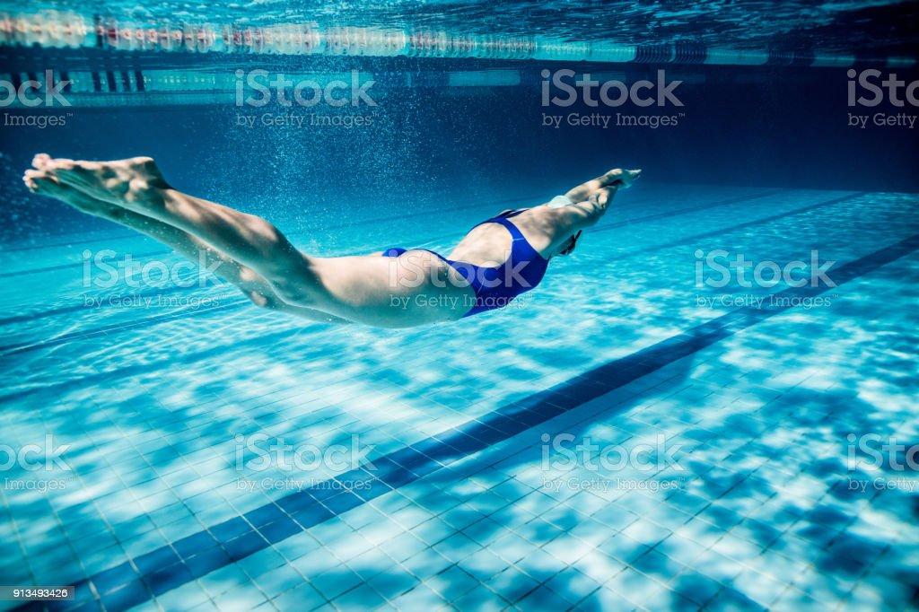 若い女性スイマーがプールの運動の水中写真 ストックフォト