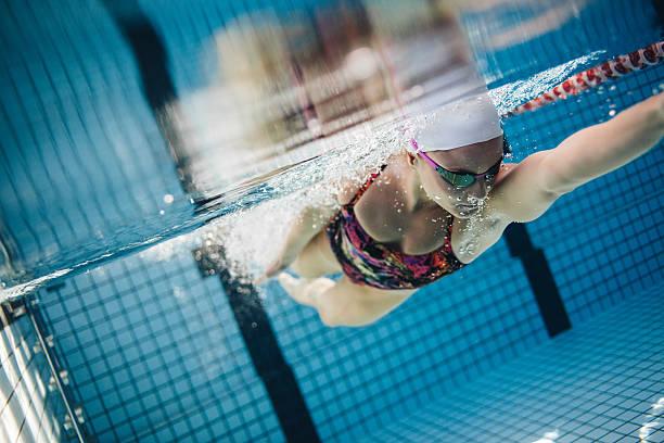foto submarina de un hembra nadador - vuelta completa fotografías e imágenes de stock