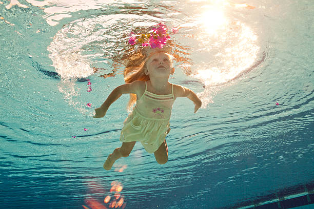 Schwimmen unter Wasser-Mädchen mit Blume – Foto