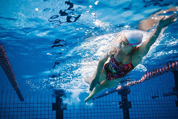 tiro subaquático de treinamento de nadador na piscina - esporte aquático - fotografias e filmes do acervo