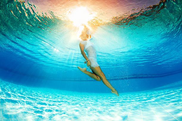 Unterwasser Schwimmen mit Blumen – Foto