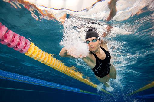 Unterwasser Schwimmen Frau Blick Auf Stockfoto und mehr
